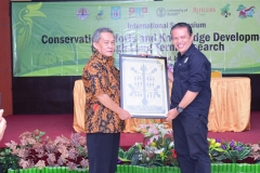 Dekan Fabiona Drs. Imran Said Lumban Tobing, M.Si. dan Perwakilan Borneo Orangutan Survival Foundation Dr. Jamartin Sihite saat penyerahan kenang-kenangan