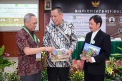 Pemberian buku oleh Ir. Wiratno, MSc, selaku Direktur Jendral Konsenrvasi Alam Sumber Daya Alam dan Ekosistem
