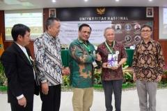 Pemberian buku oleh Prof. Dr. Basuki Rekso Wibowo, S.H., M.Si  kepada Ir. Wiratno, MSc