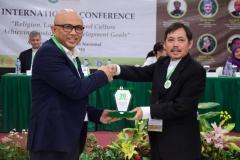 Pemberian cinderamata kepada Prof. Dr. M. Arskal Salim GP, M.Ag