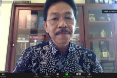 Prof. Syarif Hidayat, Ph.D. dari Universitas Nasional selaku narasumber sedang memaparkan materinya
