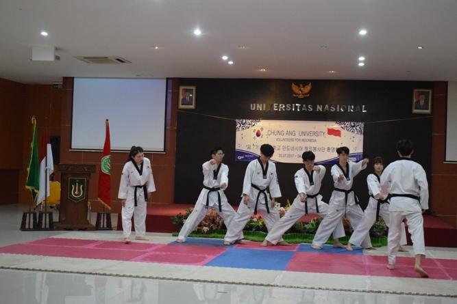 Penampilan taekowndo oleh mahasiswa korea