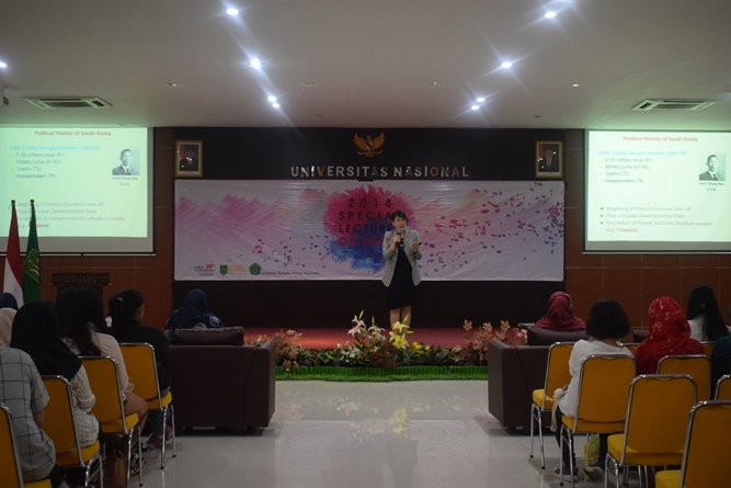 Professor Department of Political Science and International Relations Korea University Joo-Youn JUNG saat memaparkan materi dihadapan mahasiswa ABANAS