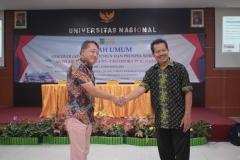 Foto bersama CEO PT Ozora Publishing Genichi Kato dengan Dekan Fakultas Bahasa dan Sastra Drs Somadi, M.Pd
