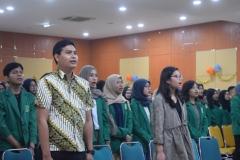 Peserta Perayaan Dies Natalis FEB ke 55 menyanyikan lagu Indonesia Raya dan Mars UNAS