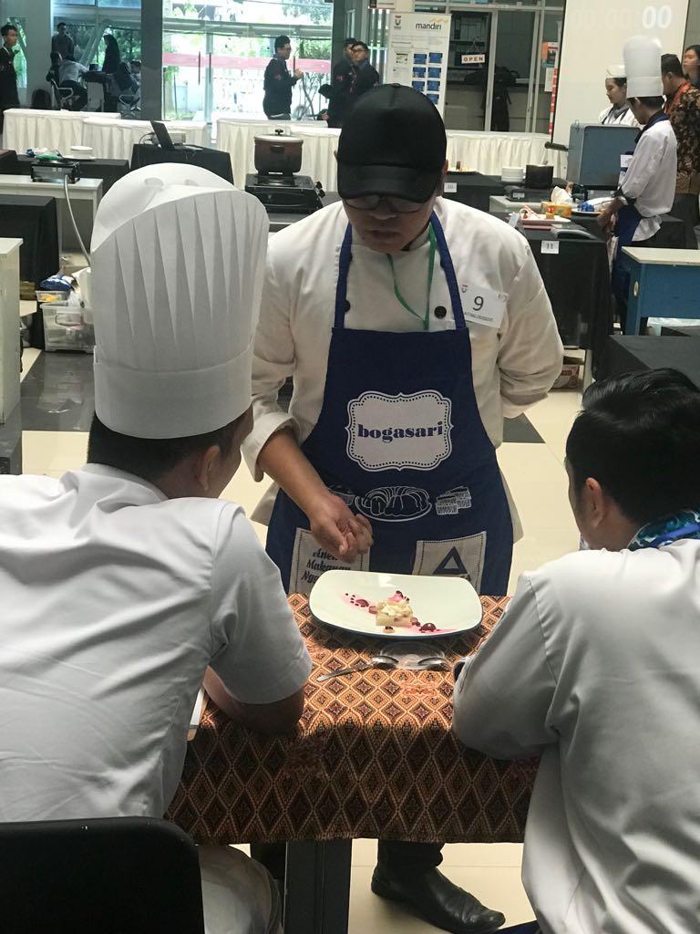 Sajian Makanan dari Mahasiswa Akparnas sedang di nilai oleh juri