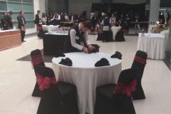 Salah Satu Mahasiswa Akparnas sedang merangkai meja