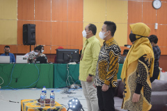 Para tamu undangan sedang menyanyikan lagu Indonesia Raya dan Mars Unas dalam kegiatan Australia Update 2021