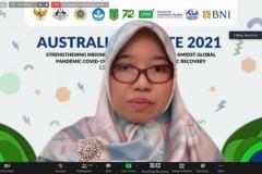 Moderator sedang memimpin jalannya kegiatan Australia  Update 2021 secara virtual.