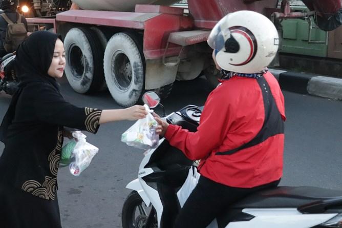 Petugas UPT MPR membagikan takjil kepada pengguna jalan, di Pasar Minggu, Jumat (24/5)