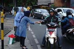 Petugas PPMB membagikan takjil kepada pengguna jalan,Jumat (24/5)