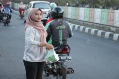 Petugas PPMB membagikan takjil kepada pengguna jalan, di Pasar Minggu, Jumat (24/5)