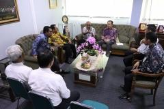 Diskusi - Rektor Universitas Nasional Dr. Drs. El Amry Bermawi Putera M.A duduk bersama President Directer Cyber Edu Inkor Korea, Prof. Jang Youn Cho,P.hD, berdiskusi mengenai kerjasama kedepan dengan jajaran Direksi BRI