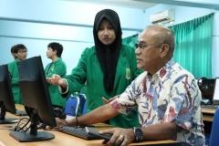 Rektor Universitas Nasional Dr. Drs. El Amry Bermawi Putera M.A menjajal aplikasi E-Learning di laboratorium bahasa dengan bimbingan mahasiswa