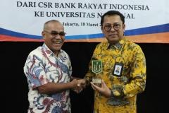 Rektor Universitas Nasional Dr. Drs. El Amry Bermawi Putera M.A memberikan cenderamata kepada Direktur Jaringan & Layanan PT. Bank Rakyat Indonesia (Persero) Tbk Osbal Saragih