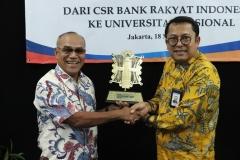 Direktur Jaringan & Layanan PT. Bank Rakyat Indonesia (Persero) Tbk Osbal Saragih memberikan cenderamata kepada Rektor Universitas Nasional Dr. Drs. El Amry Bermawi Putera M.A