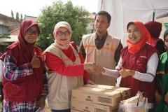 Foto bersama saat pemberian bantuan kepada korban banjir yang diberikan kepada perwakilan PPNI