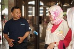 Koordinator posko (baju biru navy) memberikan penjelasan tentang jumlah korban dan bantuan apa saja yang telah diterima kepada rombongan FIKES UNAS
