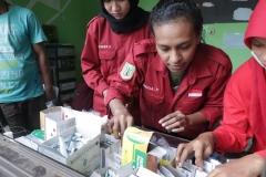 Mahasiswa FIKES saat mengecheck ketersediaan obat untuk para korban banjir