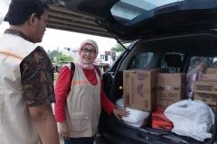 Dekan FIKES Dr. Retno Widowati, M.Si (kanan) saat mengecheck bantuan untuk para korban banjir