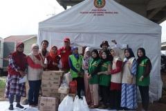 Foto bersama fikes Unas dengan para relawan