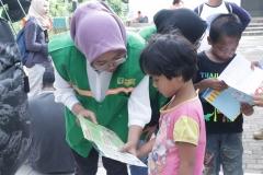 Mahasiswa FIKES (Rompi Hijau) saat melakukan truma healing kepada anak anak yang terkena banjir