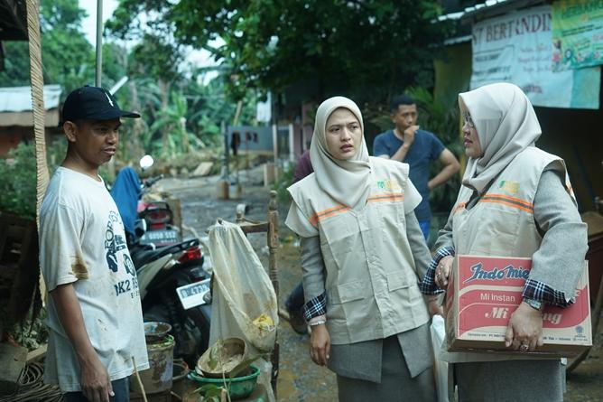 Dekan Fikes Dr. Retno Widowati, M.Si. (kanan) dan Ketua Program Studi D-IV Kebidanan Dewi Kurniati, SST., M.Keb (tengah) bersama dengan orang tua Faiz (kiri) saat menjenguk keadaan rumah yang terkena banjir