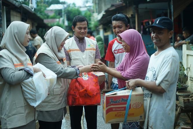 Pemberian bantuan kepada keluarga Faiz  yang diberikan langsung oleh Dr. Retno Widowati, M.Si