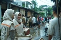 Dekan Fikes Dr. Retno Widowati, M.Si. (tengah) dan Ketua Program Studi D-IV Kebidanan Dewi Kurniati, SST., M.Keb (Kiri) bersama dengan orang tua Faiz saat menjenguk keadaan rumah yang terkena banjir