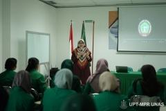 sambutan oleh Dekan Fakultas Ilmu Kesehatan Dr. Retno Widowati, M.Si. saat kegiatan Pelatihan Bantuan Hidup Dasar Mahasiswa Perawat Gelombang 2 di ruang 603 (30/1)