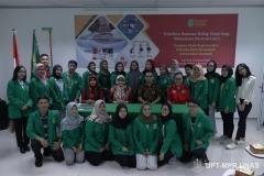 Foto bersama para mahasiswa dengan pimpinan fikes dan instruktur pelatihan BHD
