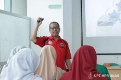 Pemberian materi tentang bantuan hidup dasar oleh instruktur kepada mahasiswa keperawatan