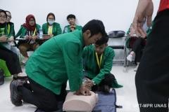 Mahasiswa keperawatan melakukan praktek bantuan hidup dasar