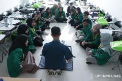 Mahasiswa Keperawatan didampingi instruktur melakukan praktek bantuan hidup dasar