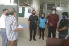 Pemberian bantuan tahap 1 (di awal masa pandemi covid 19) berupa sembako diberikan oleh Drs. Firdaus Syam, MA., Ph.D mewakili pimpinan sekolah pascasarjana kepada para karyawan yang terdampak covid 19.