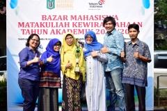 Foto bersama juara 1 sebagai stand terbaik di bazar kewirausahaan 2019