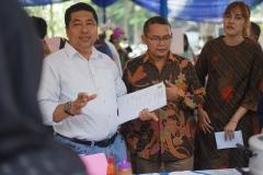Wakil Rektor Bidang Akademik Prof. Dr. Iskandar Fitri, S.T., M.T. (kiri) dan Kepala UPT Wirausaha Mandiri Drs. Suadi Sapta Putra, M.Si.M. (kanan) menjadi juri pada bazar kewirausahaan