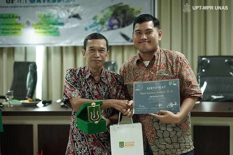 Pemberian cinderamata kepada moderator yang diberikan oleh Pembina BBC Ardea Dr. Tatang Mitra Setia, M.Si. (kiri)
