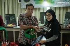 Pemberian cinderamata kepada narasumber yang diberikan oleh Pembina BBC Ardea Dr. Tatang Mitra Setia, M.Si. (kiri)