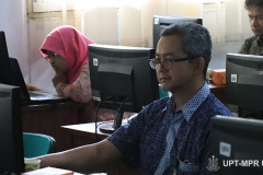 Salah satu dosen yang mengikuti Training of Trainer pengembangan materi E-Learning di Lab. Jarkom Blok 4 lantai 4