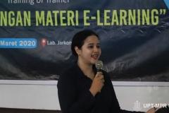 Instruktur  Muhani, S.E.,M.M saat menjelaskan materi pengembangan E-Learning kepada dosen-dosen pada kegiatan Training of Trainer pengembangan materi E-Learning di Lab. Jarkom Blok 4 lantai 4