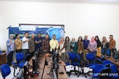 Para dosen dan infrastruktur berfoto bersama pada kegiatan Training of Trainer pengembangan materi E-Learning di Lab. Jarkom Blok 4 lantai 4