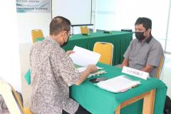 Saat asesor melakukan asesmen terhadap bukti dukung yang disampaikan para peserta dalam kegiatan Uji Kompetensi Ahli Perawatan Bangunan Gedung pada Sabtu 12 Juni 2021 di Ruang Seminar Selasar Lantai 3 Universitas Nasional
