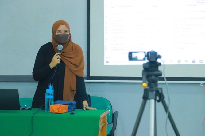 Kepala Bidang Evaluasi Capaian & Pengembangan Standar Mutu, Muhani, M.E., M.Si.M., dalam kegiatan Review Video Pembelajaran dan Pembahasan Teknik yang diselenggarakan oleh Badan Penjaminan Mutu UNAS pada hari Jumat, 9April 2021