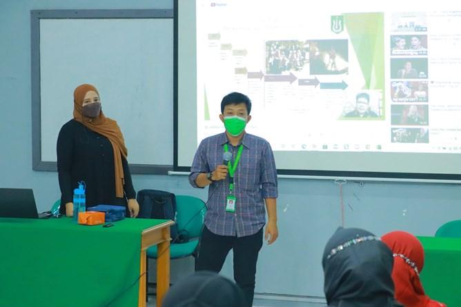 Staff Marketing & Public Relation UNAS, Syaiful Bahri, S.Sn., saat sesi tanya jawab dalam kegiatan Review Video Pembelajaran dan Pembahasan Teknik yang diselenggarakan oleh Badan Penjaminan Mutu UNAS pada hari Jumat, 9April 2021
