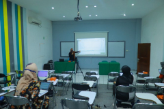 Pemaparan materi oleh Kepala Bidang Evaluasi Capaian & Pengembangan Standar Mutu, Muhani, M.E., M.Si.M., dalam kegiatan Review Video Pembelajaran dan Pembahasan Teknik yang diselenggarakan oleh Badan Penjaminan Mutu UNAS pada hari Jumat, 9April 2021