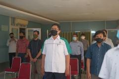 Para peserta saat menyanyikan Indonesia Raya dalam kegiatan Uji Kompetensi Ahli Perawatan Bangunan Gedung pada Sabtu 12 Desember 2020 di Ruang Seminar Selasar Lantai 3 Universitas Nasional