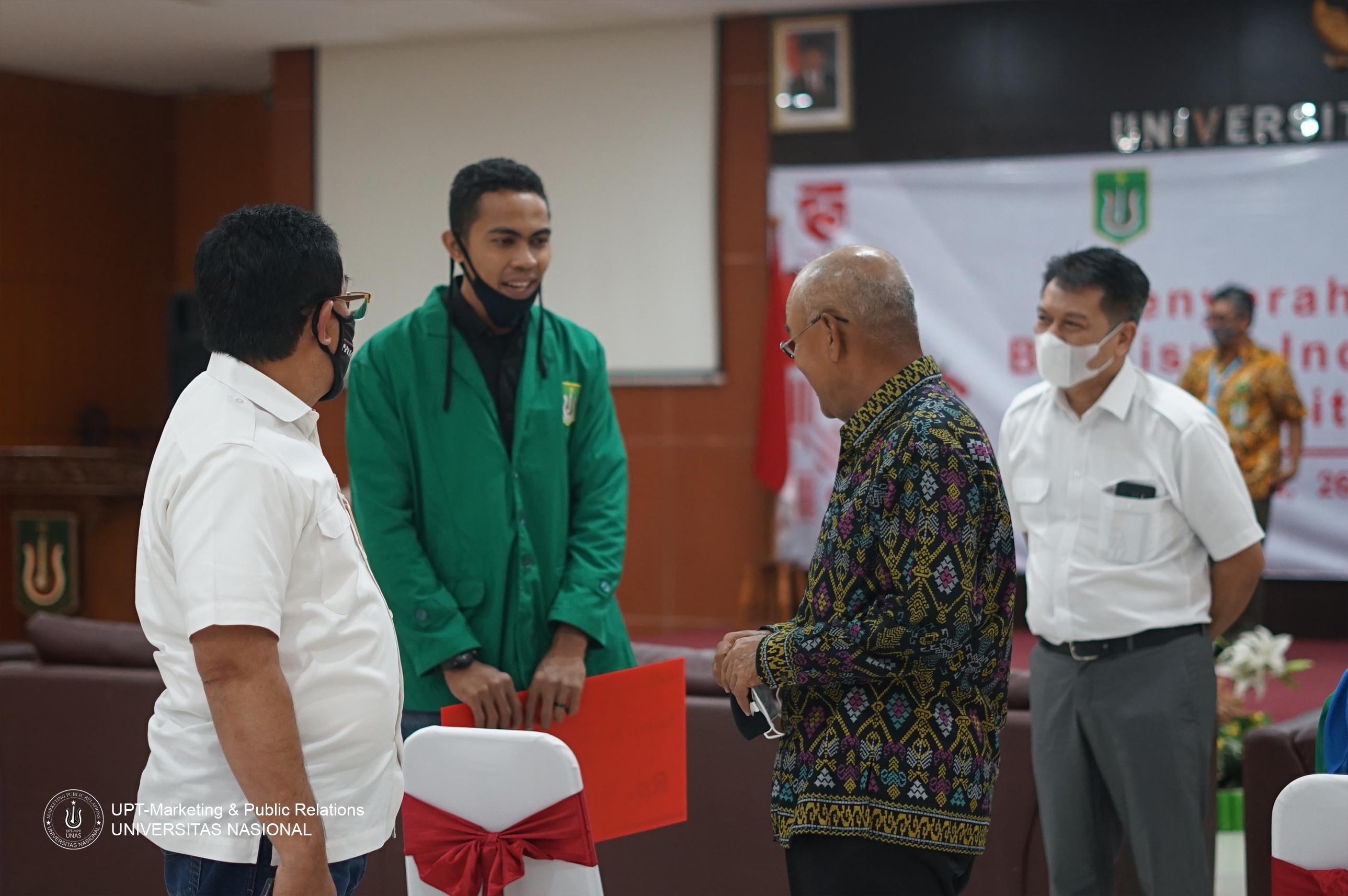 Rektor UNAS (Dr.Drs. El Amry Bermawi Putera, M.A) & (Pemimpin BRI Kanwil Jakarta) Hendro Padmono sedang berbincang dengan salah satu mahasiswa UNAS