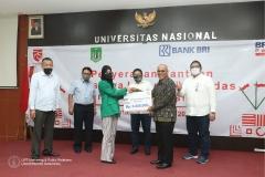 Penyerahan Simbolis Beasiswa kepada mahasiswa UNAS