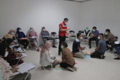 Instruktur memberikan pengarahan kepada mahasiswa dalam pelatihan